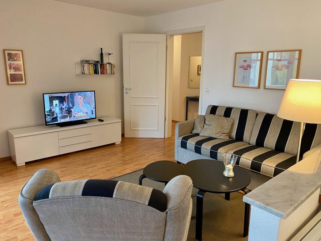 Der Wohnbereich I: Ohrensessel und ein Flachbildschirm zum Fernsehen und Radiohören. Einfach Entspannen!