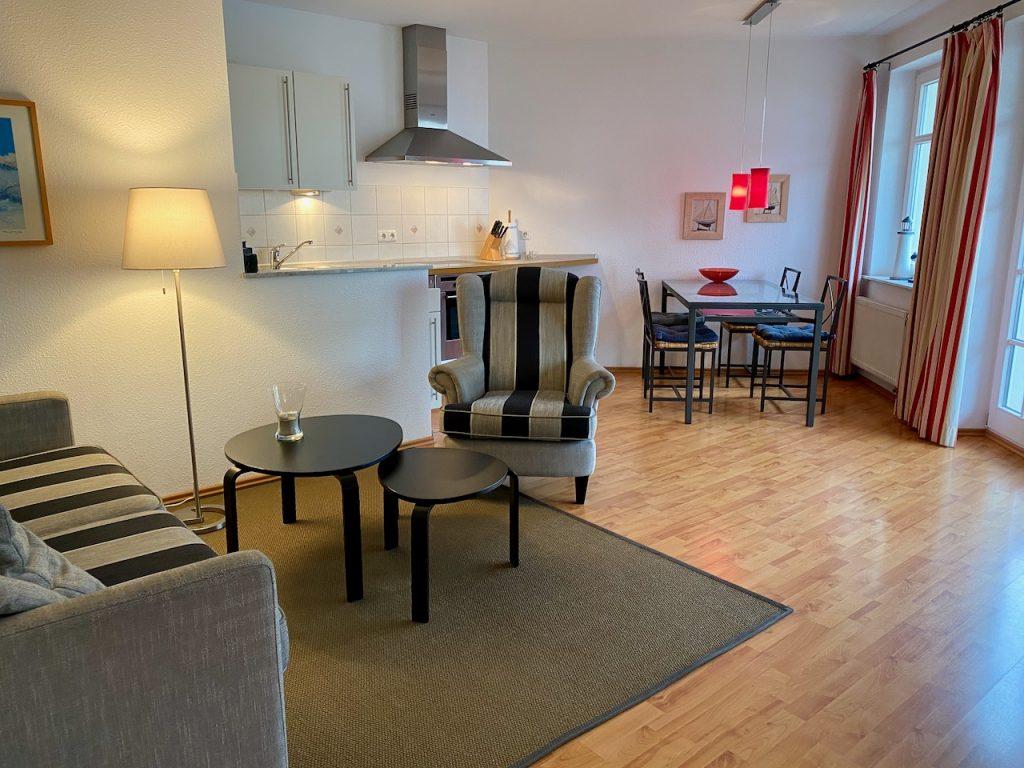 Der Wohnbereich II: Sofa, Ohrensessel und viele hochwertige Details machen es gemütlich.