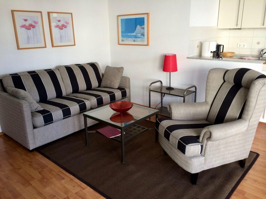 Der Wohnbereich II: Ein Sofa und ein Ohrensessel machen es gemütlich.